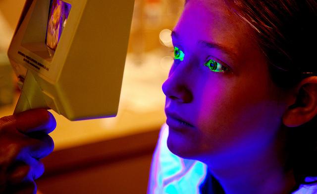 UV Kontaktlinsen unter Schwarzlicht